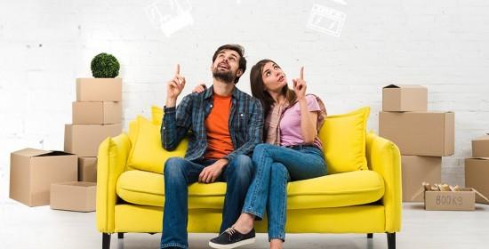 Млада двойка на диван избират мебели